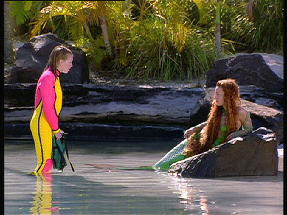Sabrina (Melissa Joan Hart, l.) schwimmt zur Lagune der Nixen und Wassermänner, um Fin (Lindsay Sloane, r.) von einer tödlichen Krankheit zu befre... - Bildquelle: American Broadcasting Company (ABC)