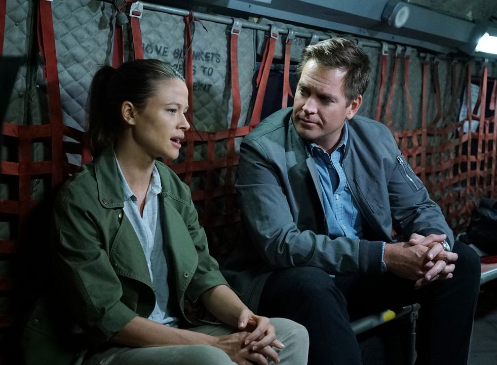 Bei seiner neuen Mission trifft Tony (Michael Weatherly, r.) auf seine alte Flamme Jeanne Benoit (Scottie Thompson, l.), die nicht nur ein Mitglied... - Bildquelle: Sonja Flemming CBS Television