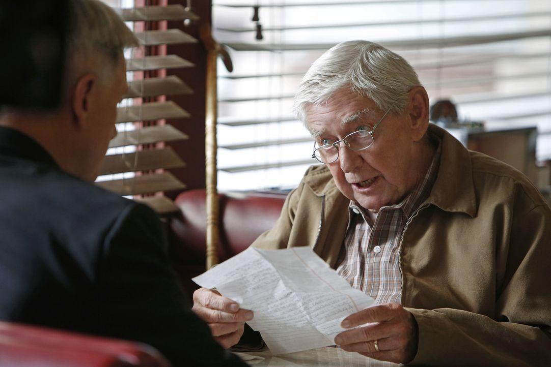 Gibbs (Mark Harmon, l.) muss sich in der Mitte eines Falles verabschieden, um seinem Vater (Ralph Waite, r.) dabei zu helfen, sich mit einem früher... - Bildquelle: CBS Television