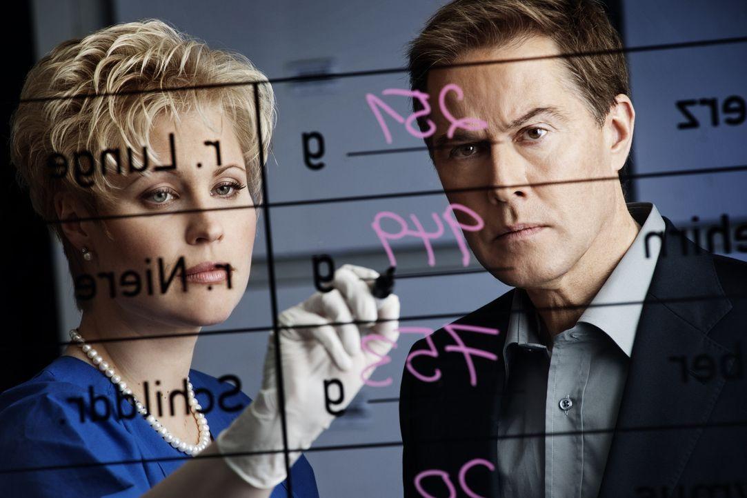 Untersuchen Kriminalfälle, die bewegen: Dr. Saskia Guddat (l.) und Ulrich Meyer (r.) ... - Bildquelle: SAT.1