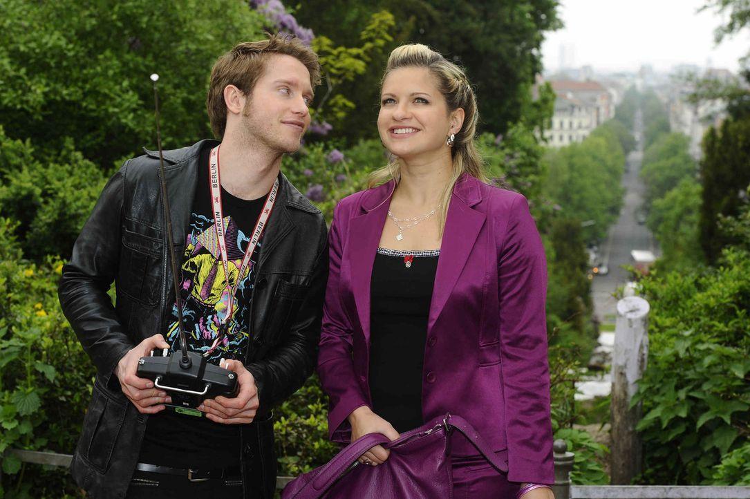 Jojo (Bernhard Bozian, l.) hat von Enrique eine ganz besondere Aufgabe bekommen. Mia (Josephine Schmidt, r.) ist noch ahnungslos. - Bildquelle: SAT.1