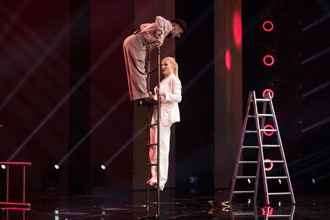 Gleichgewichtsspiel: Der Free Ladder Man (l.) bringt Michelle Hunziker (r.) ins Staunen ... - Bildquelle: Stefan Hobmaier SAT.1