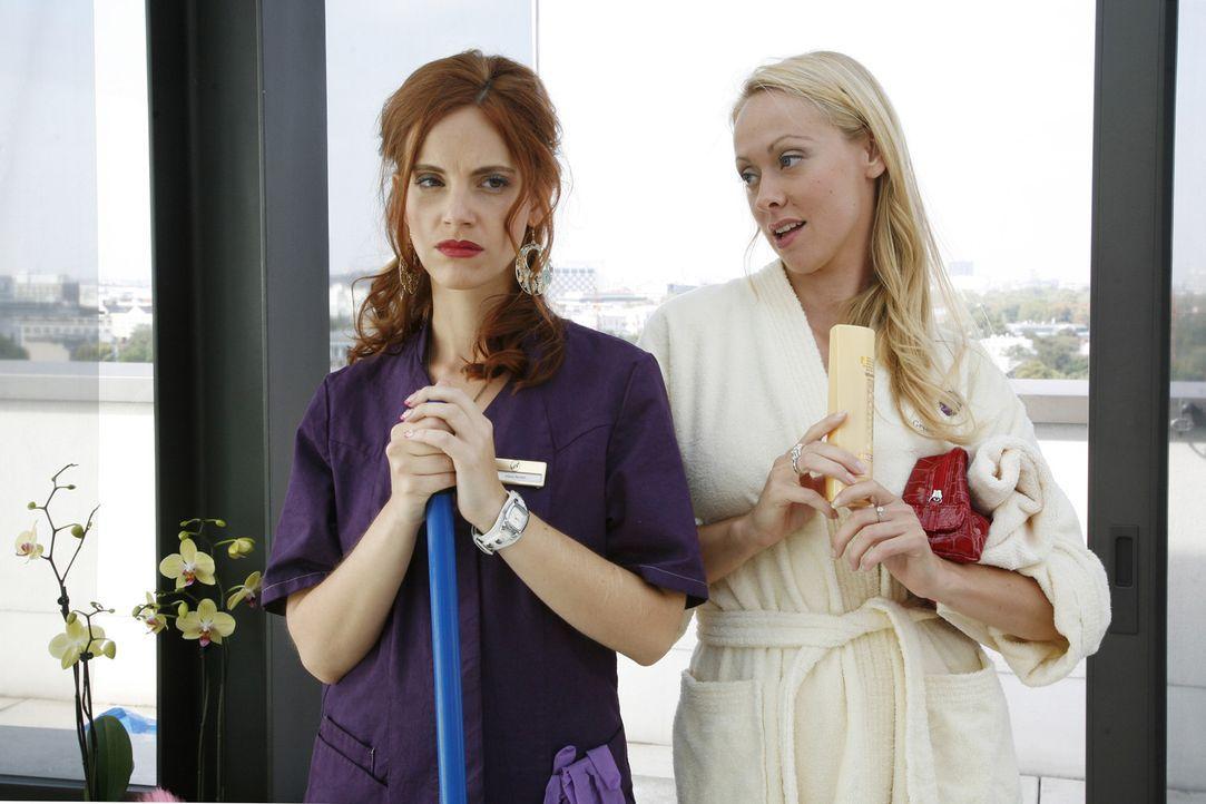 Manu (Marie Zielcke, l.) und Lindi (Mirjam Heimann, r.), die neue Freundin von Manus Ex Ralf, treffen unvermittelt im Wellnessbereich des Hotels auf... - Bildquelle: SAT.1