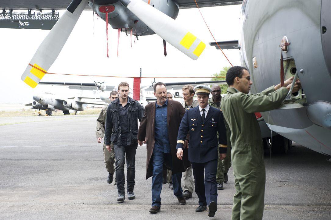 Als eine angesehene Pilotin eines Militärstützpunktes tot aufgefunden wird, beginnen für Jo (Jean Reno, 3.v.l.) und Marc (Tom Austen, 2.v.l.) die... - Bildquelle: Stéphanie Dupont Atlantique Productions