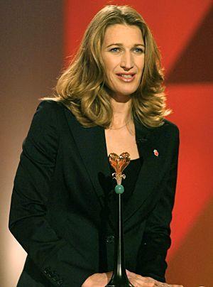 """Ex-Tennisstar Steffi Graf nach ihrer Auszeichnung mit dem """"Goldenen Herz"""" während der Fernsehsendung """"Ein Herz für Kinder"""" im Dezember 2004 in Be... - Bildquelle: dpa"""