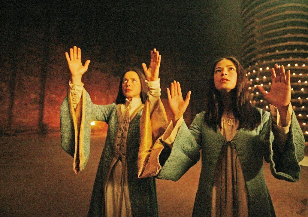 Eines Tages taucht in den Gräbern von Atuan, wo die Hohepriesterin Thar (Isabella Rossellini, l.) und die attraktive Tenar (Kristin Kreuk, r.) herrs... - Bildquelle: 2004 Hallmark Entertainment Distribution, LLC