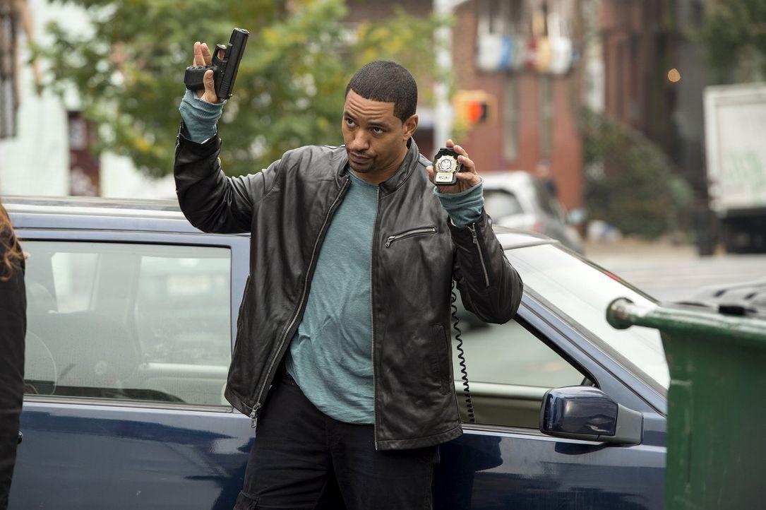 Gemeinsam mit Laura, versucht er einen neuen Mordfall zu lösen: Billy (Laz Alonso) ... - Bildquelle: Warner Bros. Entertainment, Inc.