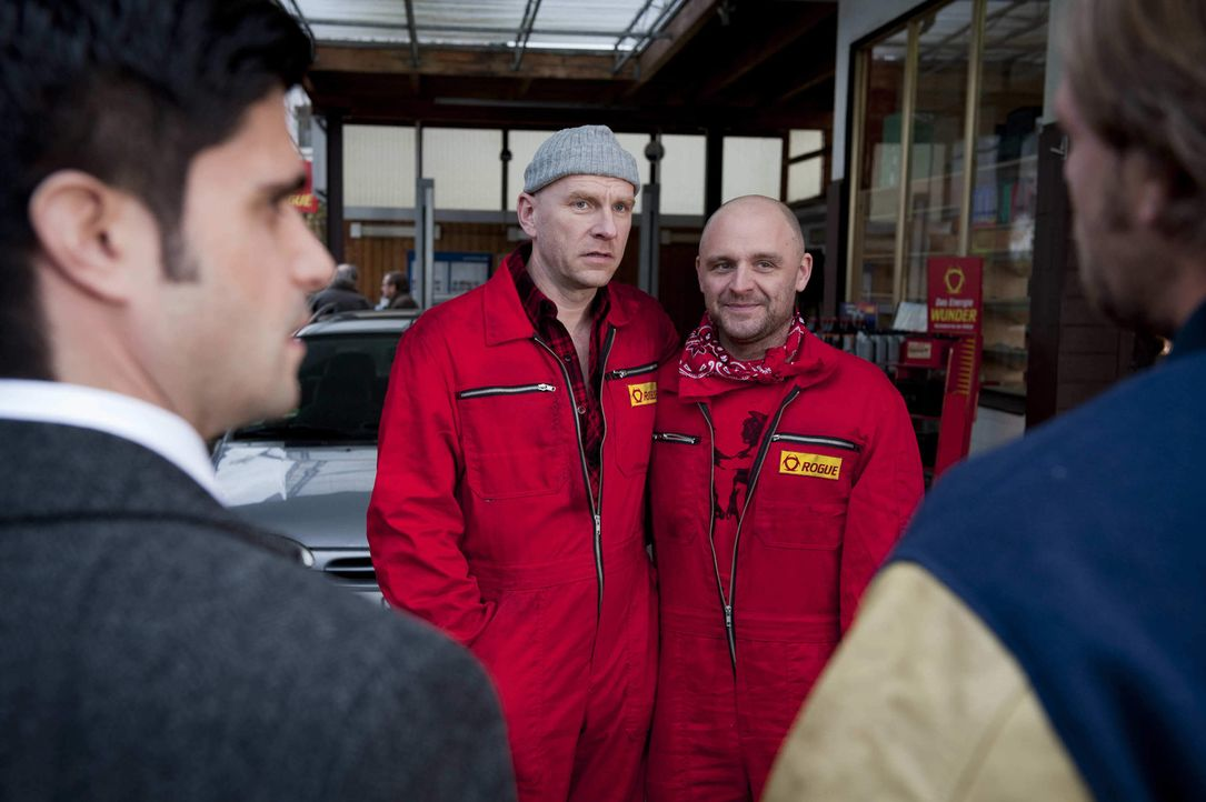Tankstellenpächter Eberhard Hauptmann (Götz Schubert, 2.v.l.) wartet mit einer Überraschung für Mick (Henning Baum, r.) und Andreas (Maximilian... - Bildquelle: SAT.1