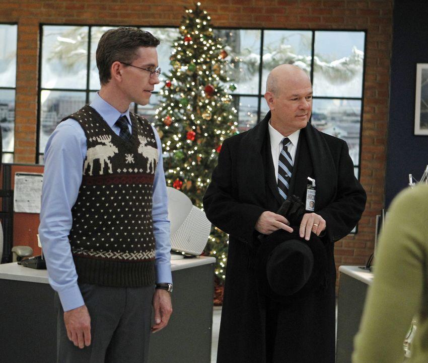 Jimmy (Brian Dietzen, l.) hat mit eigenen Problemen zu kämpfen, nachdem er seinen zukünftigen Schwiegervater (Larry Miller, r.) mit ins Büro geno... - Bildquelle: CBS Television
