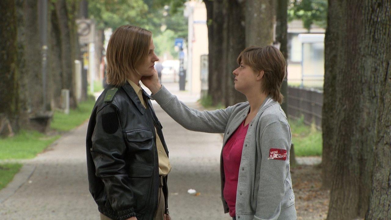 Lena (l.) leidet darunter, dass sie die Liebe zu ihrer Freundin Johanna (r.) nicht offen leben kann ... - Bildquelle: SAT.1