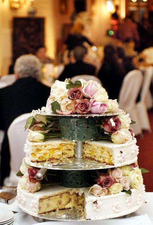 Hochzeitstorte-Rosen-dpa - Bildquelle: dpa