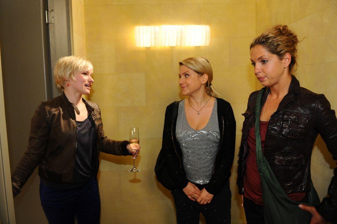 Haben nicht damit gerechnet, dass sie auf einer Party aufeinander treffen: (v.l.n.r.) Olivia (Kasia Borek), Anna (Jeanette Biedermann) und Nina (Mar... - Bildquelle: SAT.1