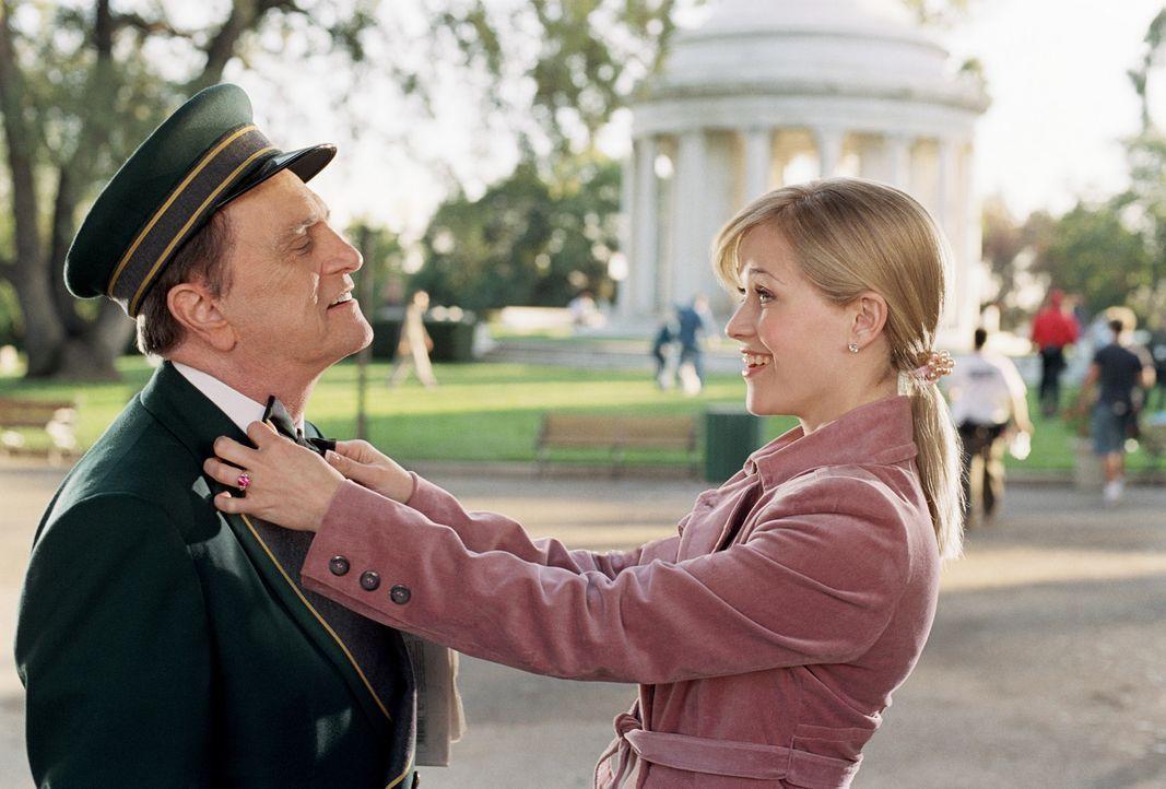 Kaum zu glauben, aber in dem Hotelportier Sid Post (Bob Newhart, l.) findet Elle (Reese Witherspoon, r.) einen überaus intelligenten und juristisch... - Bildquelle: Metro-Goldwyn-Mayer (MGM)