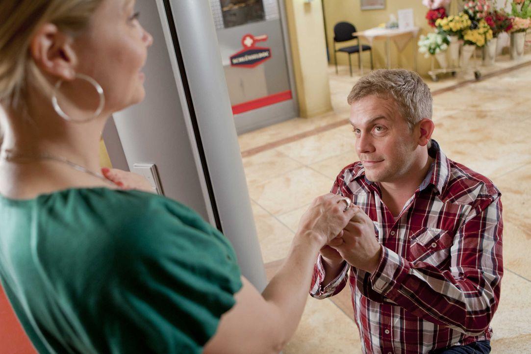 Werden sie glücklich miteinander? Danni (Annette Frier, l.) und Sven (Sebastian Bezzel, r.) ... - Bildquelle: SAT.1