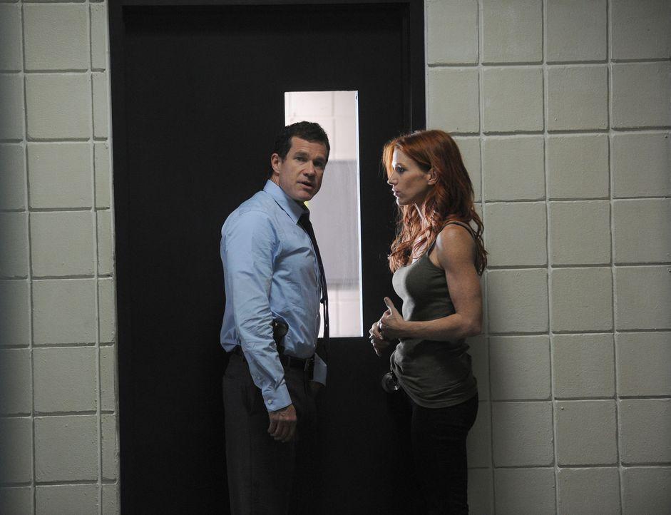 Als eine Ehepaar ermordet aufgefunden wird, werden Detective Carrie Wells (Poppy Montgomery, r.) und Detective Al Burns (Dylan Walsh, l.) damit beau... - Bildquelle: Sony Pictures Television Inc. All Rights Reserved.