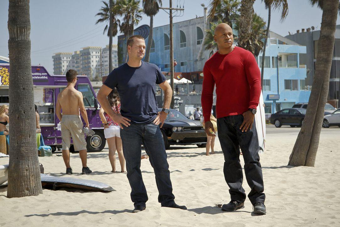 Nach einem Überfall auf einen Krankenwagen wird das Opfer eines Verkehrsunfalls aufgeschlitzt und umgebracht. Callen (Chris O'Donnell, l.) und Hann... - Bildquelle: CBS Studios Inc. All Rights Reserved.
