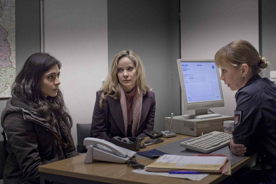 Als die Hotelangestellte Hella Wiegand (Ann Kathrin Kramer, M.) zufällig beobachtet, wie ihre Kollegin Shirin (Pegah Ferydoni, l.) von einem Vorges... - Bildquelle: Georges Pauly SAT.1