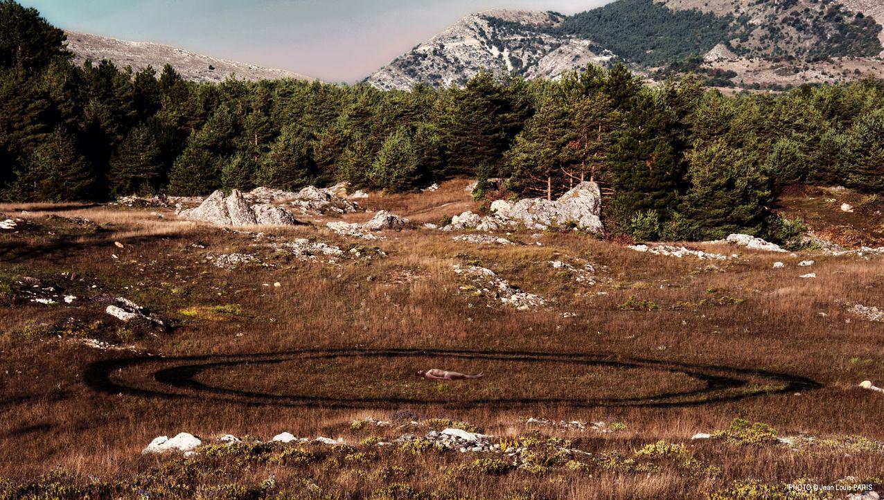 Der Ufologe Laurent Keller (Aliocha Itovich) wird tot inmitten zweier großer, gleichmäßiger Kreise aufgefunden und das ausgerechnet am Morgen, nachd... - Bildquelle: Jean Louis PARIS