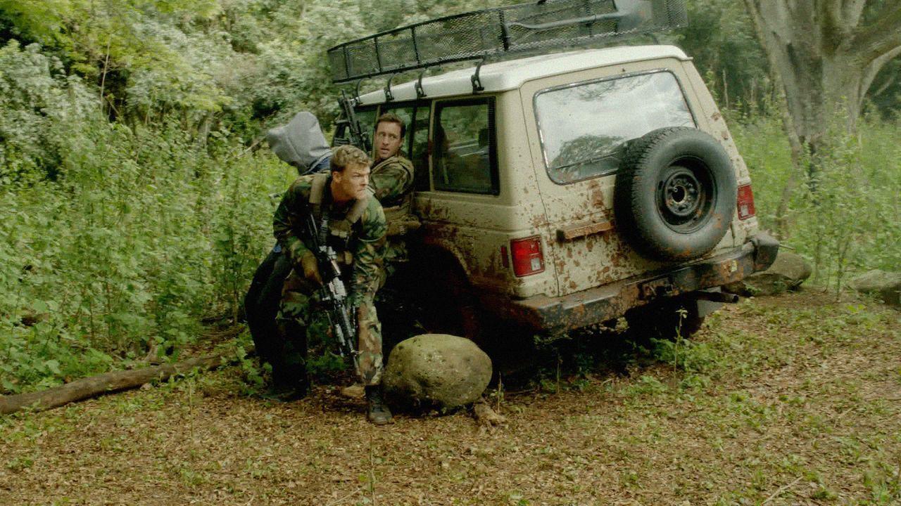 Rückblick auf ihre letzte gemeinsame Mission: Steve (Alex O'Loughlin, r.) und Freddie (Alan Ritchson, l.) ... - Bildquelle: 2013 CBS Broadcasting, Inc. All Rights Reserved.