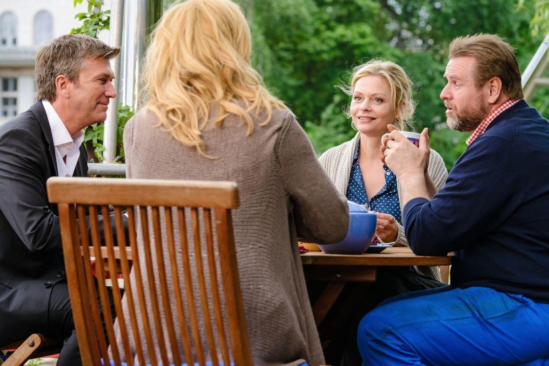Ahnen nicht, dass sie sich im Visier eines politischen Stalkers befinden: Anna (Veronica Ferres, 2.v.l.), Guy (Philippe Caroit, l.), Annas Schwester... - Bildquelle: Stefan Erhard SAT. 1