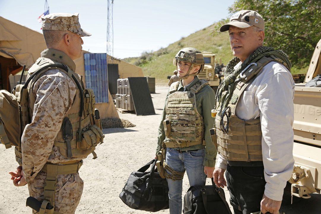 Um einen neuen Mordfall aufzuklären, reisen Gibbs (Mark Harmon, r.) und Bishop (Emily Wickersham, M.) nach Afghanistan, denn ein Mord an einem Marin... - Bildquelle: Greg Gayne CBS Television