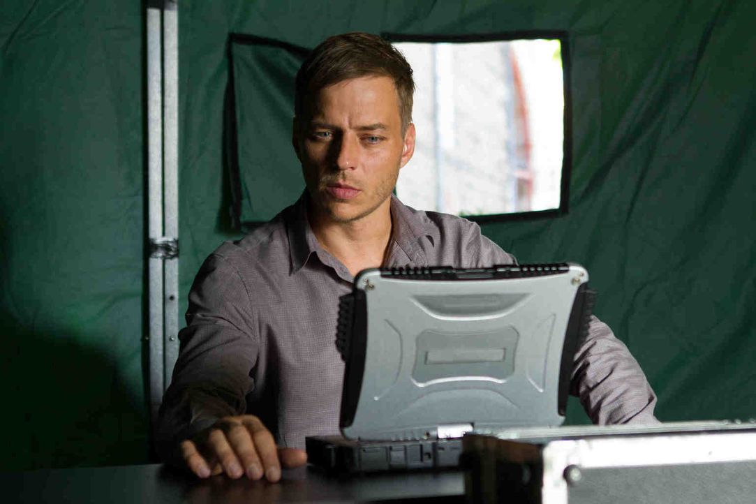 "Mit der Hilfe seines High-Tech-Helfers ""Scan-Gen"" gelingt es Sebastian (Tom Wlaschiha), alle Schusswechsel und Schusspositionen des Killers zu rekon... - Bildquelle: Adriana Yankulova 2013 Tandem Productions GmbH, TF1 Production SAS. All rights reserved."