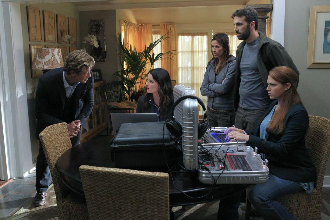 Patrick (Simon Baker, l.), Teresa (Robin Tunney, 2.v.l.) und Grace (Amanda Righetti, r.) untersuchen die Entführung eines Paares, das wahrscheinlic... - Bildquelle: Warner Bros. Television