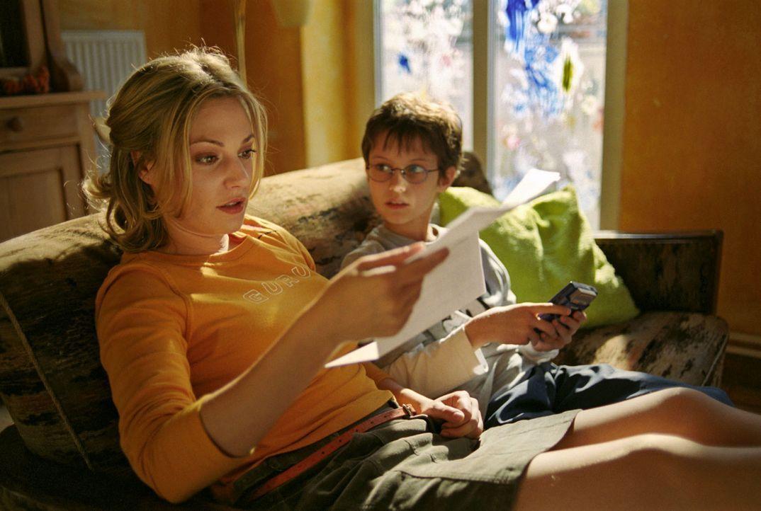 Da Leslie (Eva Hassmann, l.) mal wieder die Miete nicht bezahlt hat, droht ihr und ihrem Sohn Jonas (Dario Fosca, r.) nun der Rauswurf aus der Wohnu... - Bildquelle: Sat.1
