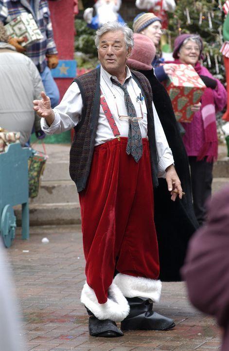 Wer ist der mysteriöse Fremde (Peter Falk), der stets äußerst eigenartig gekleidet ist und immer wieder an den unwahrscheinlichsten Orten auftaucht?... - Bildquelle: CBS International Television