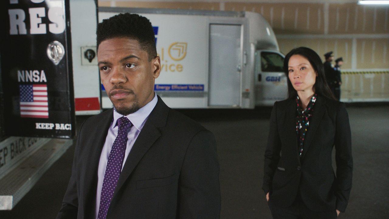 Detective Marcus Bell (Jon Michael Hill, l.) und Watson (Lucy Liu, r.) begeben sich auf die Suche nach einer Plutoniumlieferung, in der Hoffnung, so... - Bildquelle: 2017 CBS Broadcasting Inc. All Rights Reserved.