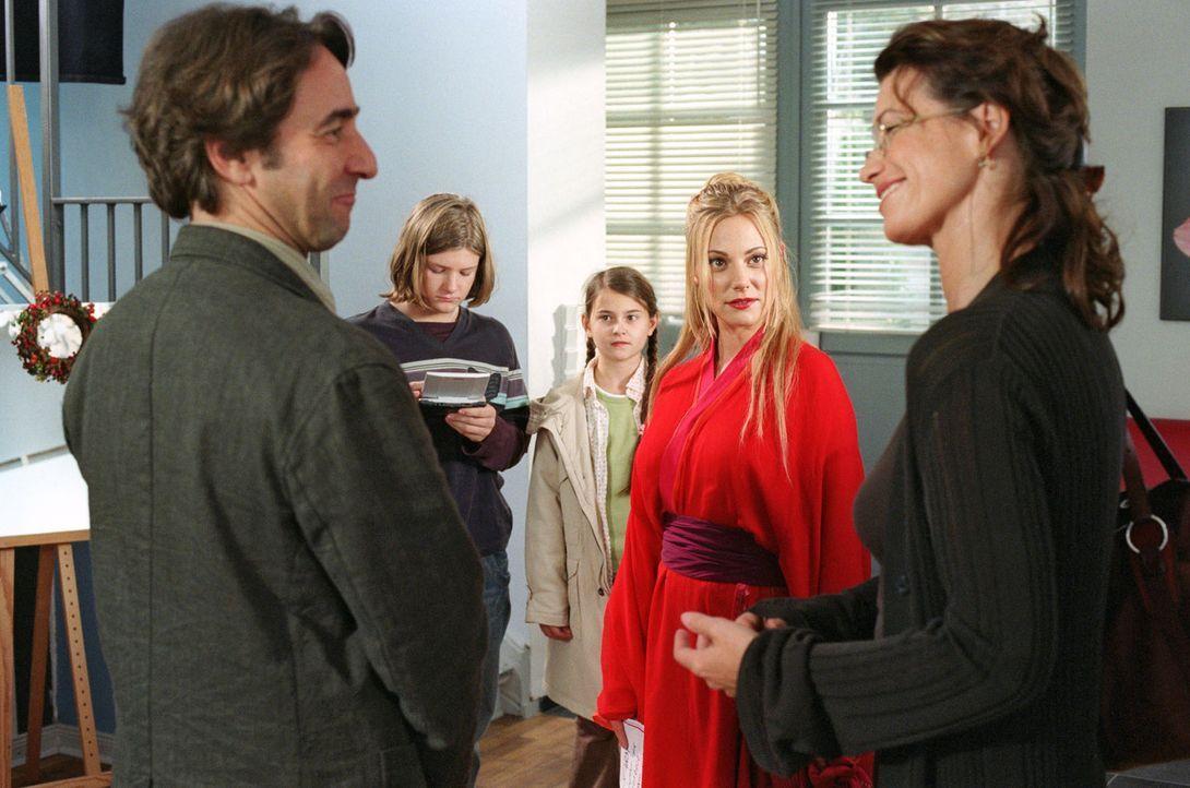 Während Thomas (Dieter Landuris, l.) und Susanne (Sabine Vitua, r.) sich über Mechthilde (Eva Hassmann, 2.v.r.) amüsieren, sind sich Antonia (Pau... - Bildquelle: Sat.1