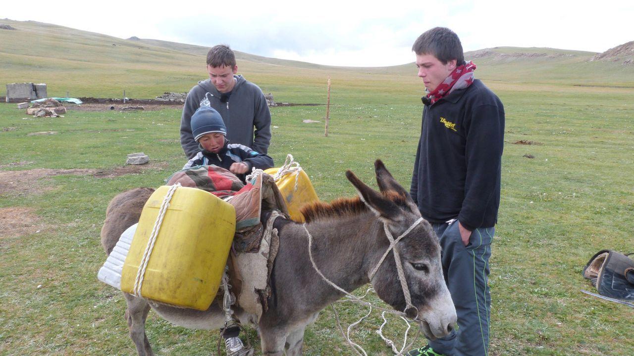 Moritz (l.) und Dominik (r.) lernen in Kirgistan ein ganz anderes Leben kennen. Doch werden sie sich damit anfreunden können? - Bildquelle: SAT.1