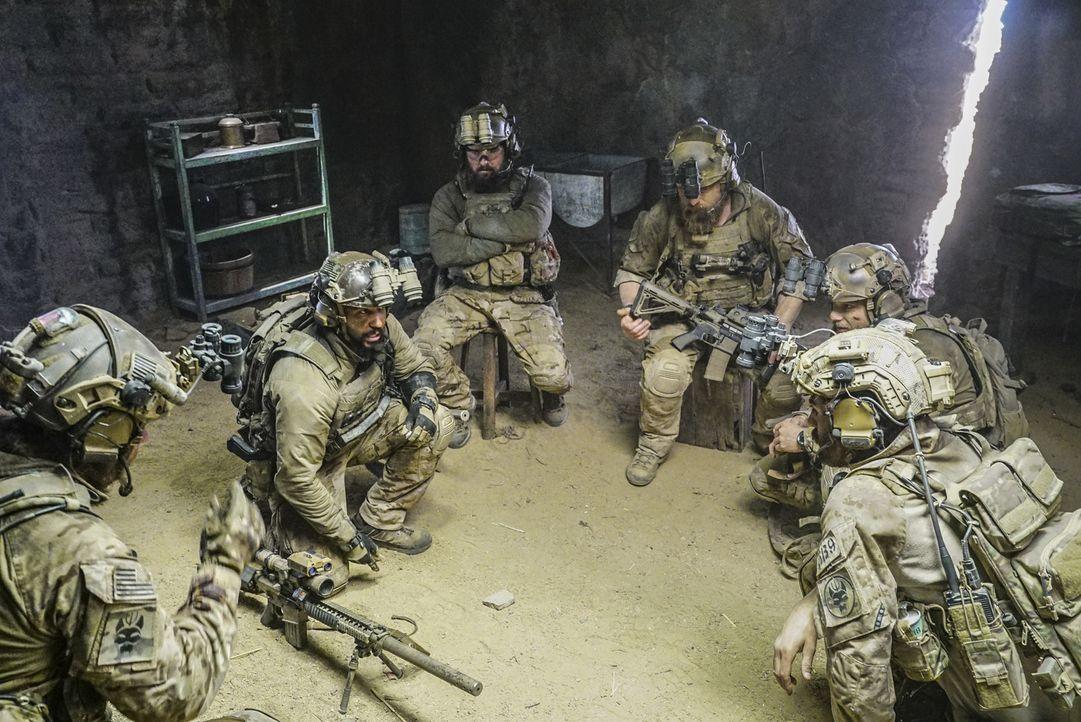 Nachdem die Seals mit ihrem Helikopter abgestürzt sind, müssen sie ihre Mission ohne diesen beenden. Doch ihre Feinde kommen ihnen immer näher ... - Bildquelle: Monty Brinton Monty Brinton/CBS   2018 CBS Broadcasting, Inc. All Rights Reserved.