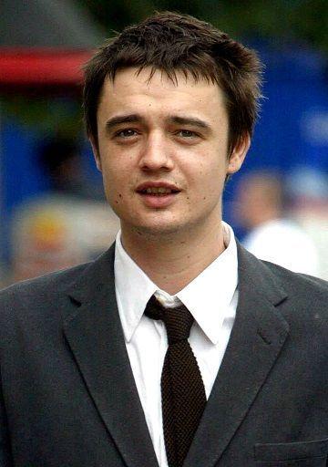 Der britische Rockmusiker Pete Doherty war ja noch nie ein Kind von Traurigk... - Bildquelle: dpa: Andrew Parsons