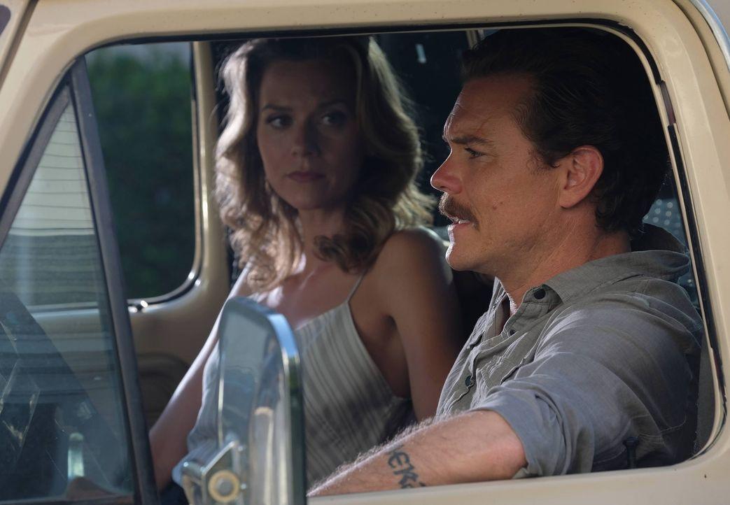 Riggs (Clayne Crawford, r.) Beziehung mit Palmer (Hilarie Burton, l.) wird immer ernster und das fühlt sich für ihn irgendwie seltsam und komplizier... - Bildquelle: Warner Brothers
