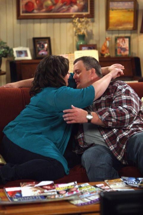 Genießen ihre Zweisamkeit: Molly (Melissa McCarthy, l.) und Mike (Billy Gardell, r.) ... - Bildquelle: Warner Brothers