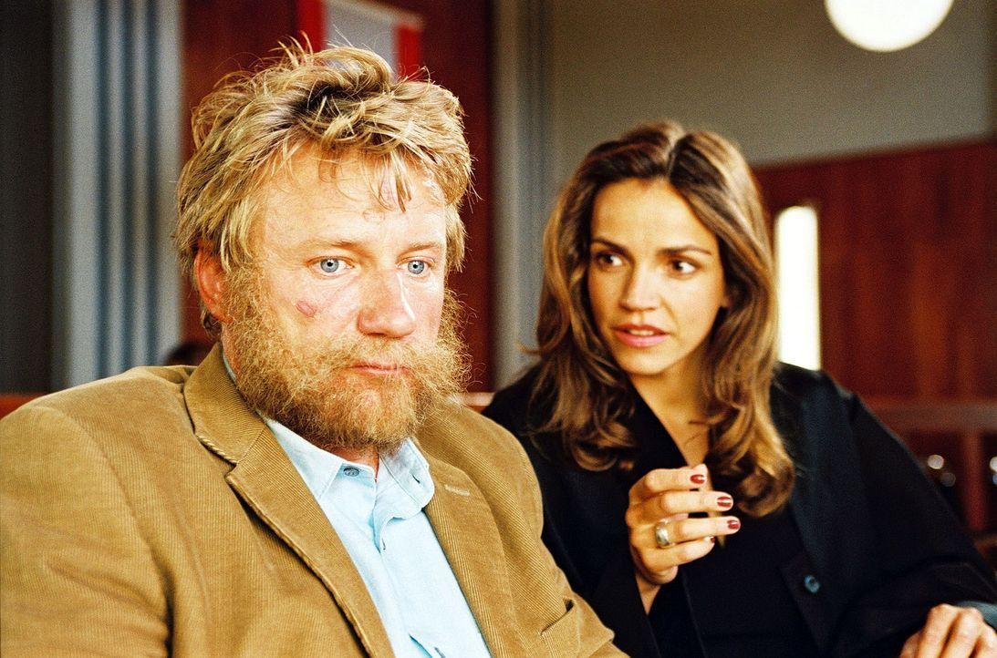 Sandra (Rebecca Immanuel, r.) beweist einmal mehr ihr großes Herz: Sie hat den Penner Gustav (Jörg Schüttauf, l.) als Mandanten übernommen. Er h... - Bildquelle: Sat.1