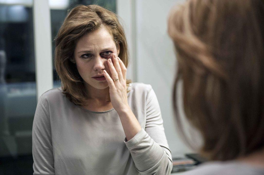 """Obwohl Leonie (Felicitas Woll) alles versucht, um ihrem Mann """"kein Stein des Anstoßes"""" zu sein, schlägt er regelmäßig und heftig zu. Bald ist die ju... - Bildquelle: Britta Krehl SAT.1"""