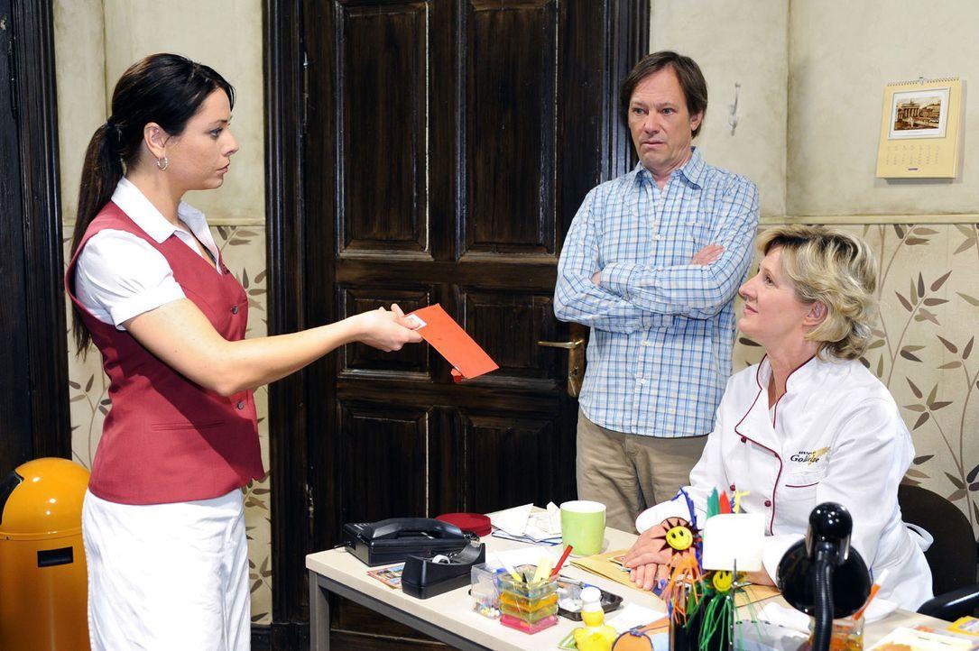 Paloma (Maja Maneiro, l.) entdeckt, dass Armin (Rainer Will, M.) und Susanne (Heike Jonca, r.) sie verkuppeln wollen. Sie  ist nicht gerade begeiste... - Bildquelle: Sat.1