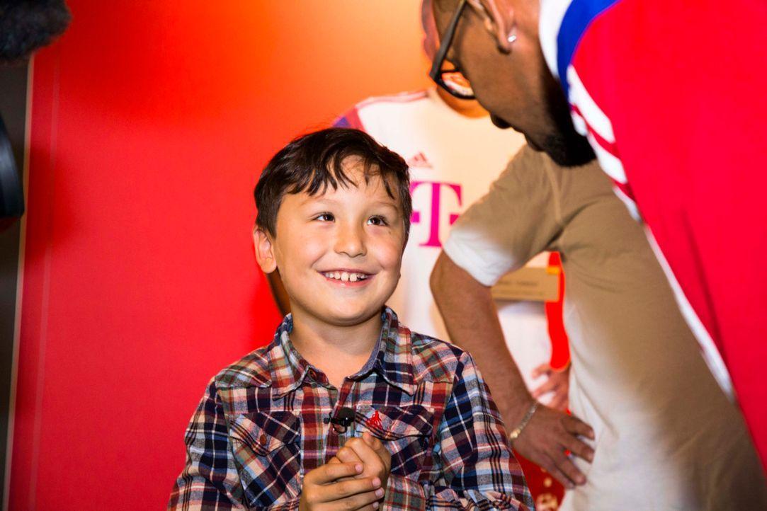 Ein unbezahlbarer Moment: Max (l.) trifft auf sein großes Fußball-Idol Jérôme Boateng (r.) ... - Bildquelle: Benedikt Müller SAT.1
