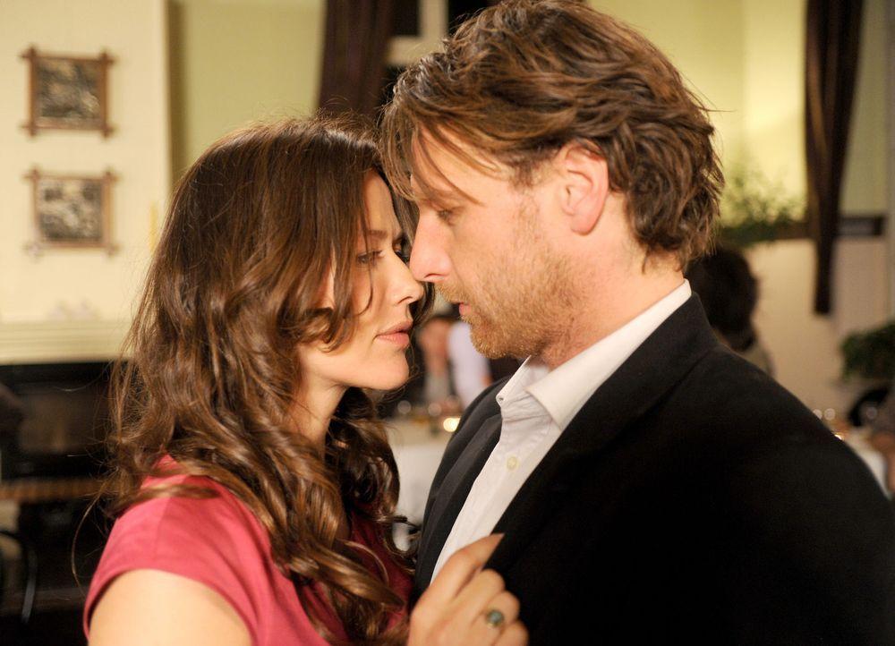 Endlich gesteht sich Anne (Alexandra Neldel, l.) ein, dass sie sich in Karl (Hendrik Duryn, r.) schwer verliebt hat ... - Bildquelle: Aki Pfeiffer SAT.1