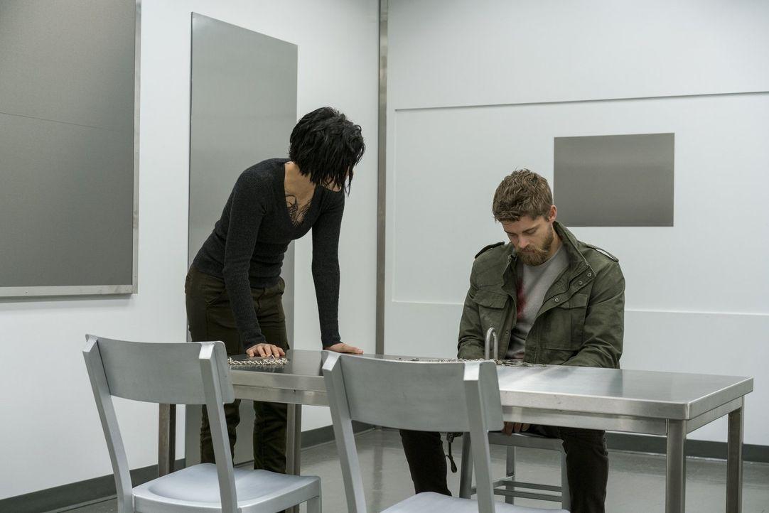 Ahnt nicht, dass Jane (Jaimie Alexander, l.) sein Gedächtnis gelöscht hat: Roman (Luke Mitchell, r.) ... - Bildquelle: Warner Brothers