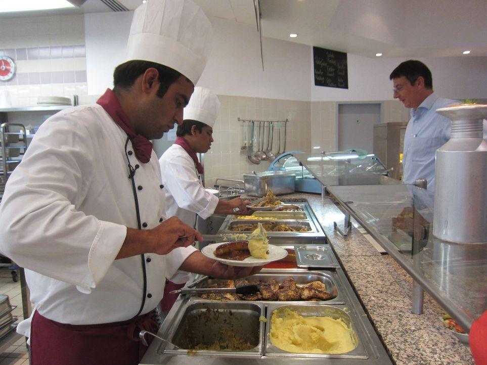 Die indischen Tauschköche Ishan und Manish mit ihren ersten Kunden ... - Bildquelle: kabel eins