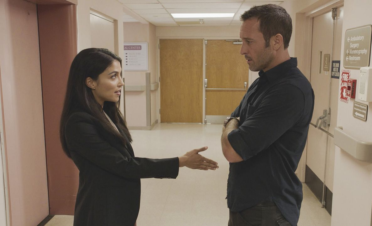 Emma Warren (Nazneen Contractor, l.); Steve McGarrett (Alex O'Loughlin, r.) - Bildquelle: 2018 CBS Broadcasting, Inc. All Rights Reserved