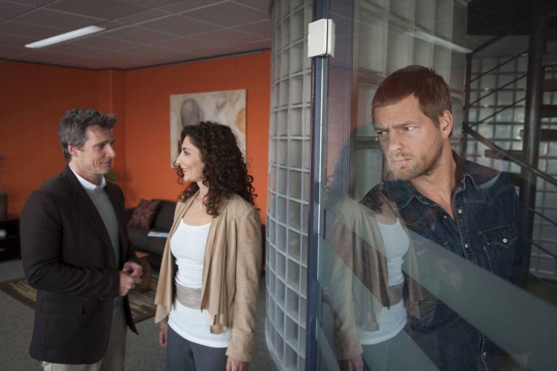 Mick (Henning Baum, r.) kann es nicht glauben, aber  Niklas (René Steinke, l.) versucht alles, um Tanja (Proschat Madani, M.) zu überreden, ihn na... - Bildquelle: Martin Rottenkolber SAT.1