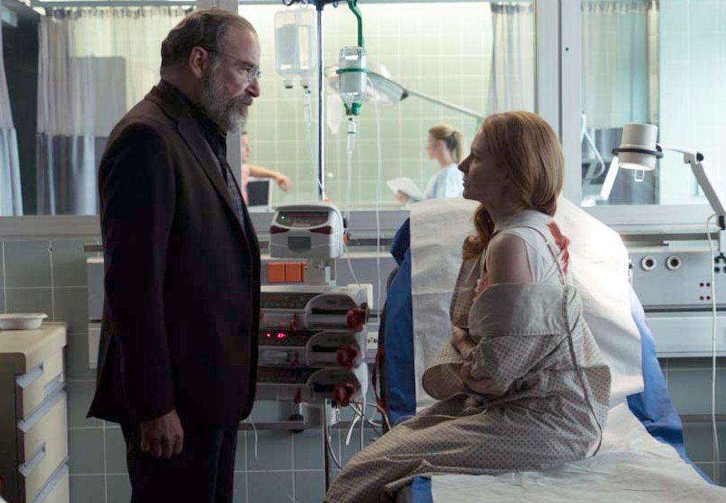Saul (Mandy Patinkin, l.) jagt die Terroristen, um den geplanten Anschlag verhindern zu können. Allison (Miranda Otto, r.) bekommt dabei eine entsch... - Bildquelle: Stephan Rabold 2015 Showtime Networks, Inc., a CBS Company. All rights reserved.