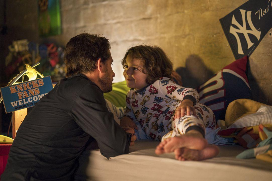 Charlotte ahnt nicht, dass Klaus (Oliver Mommsen, l.) einen kleinen Sohn (Franz Hagn, r.) hat, um den er sich rührend kümmert ... - Bildquelle: Oliver Vaccaro SAT.1