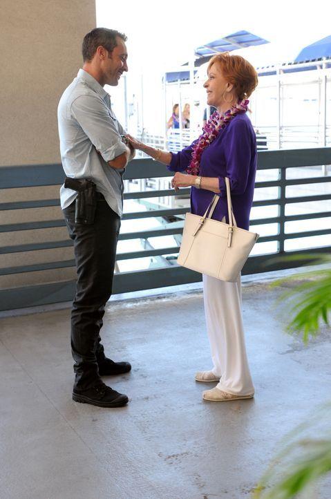 Steve (Alex O'Loughlin, l.) bekommt überraschenden Besuch von seiner Tante Deb (Carol Burnett, r.), während er und sein Team einen neuen Mordfall lö... - Bildquelle: 2014 CBS Broadcasting Inc. All Rights Reserved.