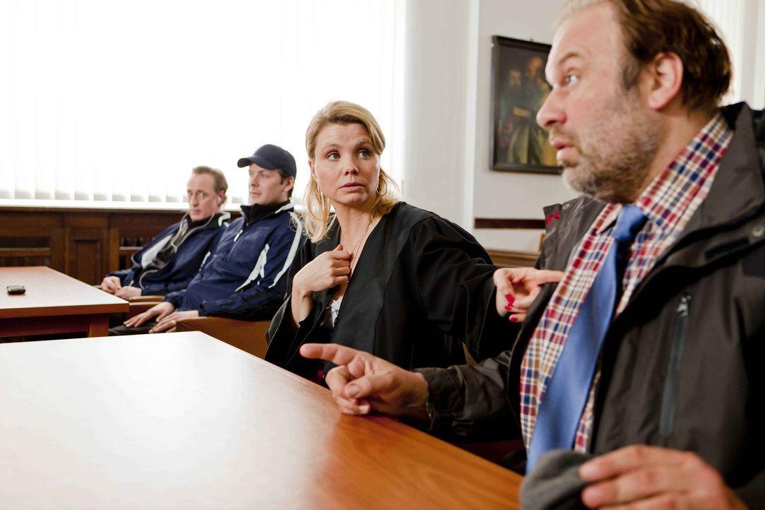 Dannis (Annette Frier, 2.v.r.) neuer Klient Silvio Heimeroth (Waldemar Kobus, r.) will sich mit seiner Fußballmannschaft für die Obdachenlosen-Wel... - Bildquelle: SAT.1