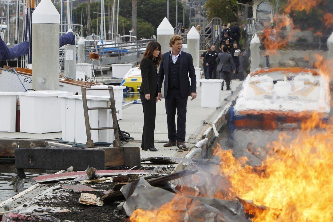 Patrick (Simon Baker, r.) und Teresa (Robin Tunney, l.) gehen die lange Liste von Verdächtigen durch, nachdem ein erfolgreicher Scheidungsanwalt, d... - Bildquelle: Warner Bros. Television